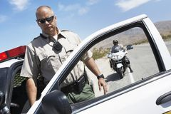 48, retrato del hombre maduro de la policía que sale del coche Imagen de archivo