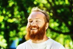 Retrato del hombre maduro feliz con la barba y el bigote rojos Imagenes de archivo