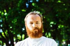 Retrato del hombre maduro pensativo dudoso con el pelo rojo Imagen de archivo