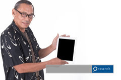 Retrato del hombre mayor asiático que usa el dispositivo elegante con engi de la búsqueda Imagen de archivo