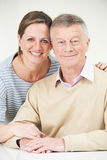 Retrato del hombre mayor con la hija adulta Fotografía de archivo