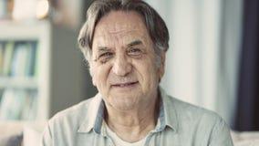 Retrato del hombre mayor en casa fotos de archivo