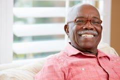 Retrato del hombre mayor feliz en casa Fotos de archivo