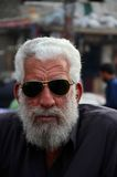 Retrato del hombre mayor paquistaní en las gafas de sol Karachi Paquistán imagen de archivo
