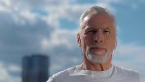 Retrato del hombre mayor positivo en la ciudad metrajes