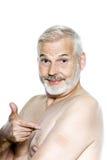 Retrato del hombre mayor que muestra la corrección de la nicotina fotografía de archivo
