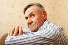 Retrato del hombre mayor que se relaja en el país Imagen de archivo