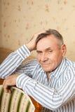 Retrato del hombre mayor que se relaja en el país Foto de archivo