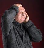 Retrato del hombre mayor que sufre de dolor de cabeza Imagenes de archivo