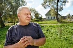 Retrato del hombre mayor rural sin afeitar con el pelo gris foto de archivo libre de regalías
