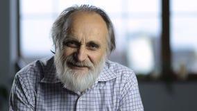 Retrato del hombre mayor sonriente alegre almacen de metraje de vídeo