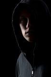 Retrato del hombre misterioso en la oscuridad Foto de archivo