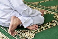 Retrato del hombre musulmán que ruega a dios Imagen de archivo libre de regalías