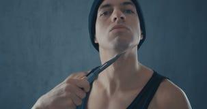 Retrato del hombre peligroso en un casquillo con un cuchillo almacen de video