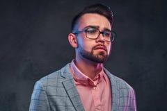 Retrato del hombre pensativo atractivo en chaqueta a cuadros, camisa rosada y vidrios imagenes de archivo