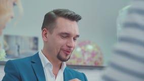Retrato del hombre presentable El jefe del departamento del márketing almacen de video