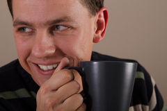 Retrato del hombre que bebe la bebida caliente Imagen de archivo