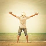 Retrato del hombre que se coloca en la playa en el tiempo del día Imágenes de archivo libres de regalías