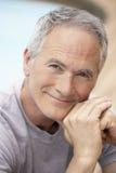 Retrato del hombre que se sienta por la piscina Imagen de archivo libre de regalías