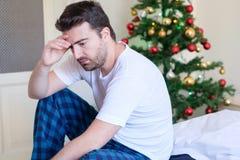Retrato del hombre que siente emociones negativas durante celebr de los días de fiesta foto de archivo libre de regalías
