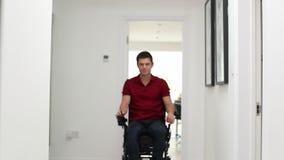 Retrato del hombre que usa la vespa motorizada de la movilidad en casa almacen de video