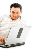 Retrato del hombre relaxed con la computadora portátil Imagen de archivo libre de regalías