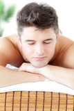 Retrato del hombre relaxed durante un tratamiento de la belleza Fotografía de archivo libre de regalías