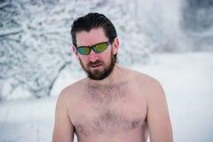 Retrato del hombre salvaje desnudo en vidrios Imagen de archivo