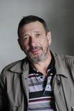 Retrato del hombre serio barbudo en estilo del grunge Foto de archivo libre de regalías