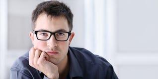 Retrato del hombre serio y confiable hermoso con las gafas fotografía de archivo libre de regalías