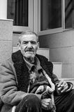 Retrato del hombre sin hogar en la calle Imagen de archivo