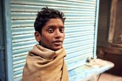 Retrato del hombre sin hogar pobre joven en la calle abandonada de la ciudad india Fotos de archivo