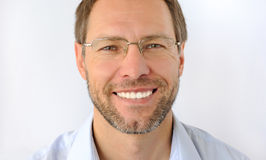 Retrato del hombre sonriente Fotos de archivo libres de regalías