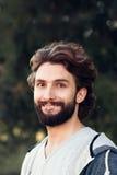 Retrato del hombre sonriente en fondo verde Fotografía de archivo libre de regalías