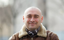 Retrato del hombre sonriente en la calle del otoño Imagen de archivo