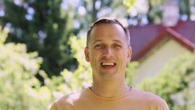 Retrato del hombre sonriente feliz al aire libre metrajes
