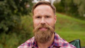 Retrato del hombre sonriente feliz con la barba almacen de metraje de vídeo
