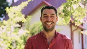Retrato del hombre sonriente feliz con la barba al aire libre almacen de video