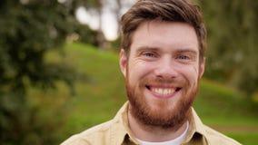 Retrato del hombre sonriente feliz con la barba roja almacen de metraje de vídeo