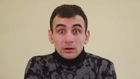 Retrato del hombre sorprendido, cámara lenta almacen de metraje de vídeo