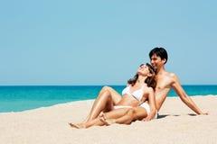 Retrato del hombre y de la mujer en la playa de Sea Foto de archivo