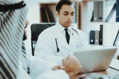 Retrato del hospital del doctor Consulting Arabic Man imagen de archivo libre de regalías