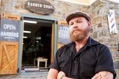 Retrato del inconformista Barber Standing Outside Shop Imagen de archivo