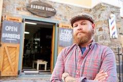 Retrato del inconformista Barber Standing Outside Shop Fotografía de archivo libre de regalías