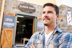 Retrato del inconformista Barber Standing Outside Shop Foto de archivo