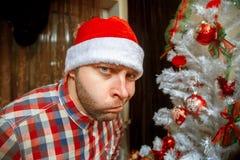 Retrato del inconformista de la diversión en el sombrero de santa Fotos de archivo