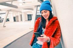 Retrato del inconformista de la mujer joven feliz con smartphone foto de archivo libre de regalías