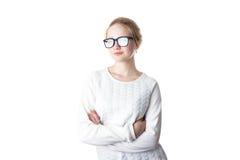 Retrato del inconformista encantador de la mujer que lleva los vidrios en blanco del suéter y del ojo Pared blanca del grunge con Fotos de archivo
