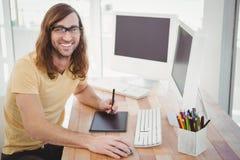 Retrato del inconformista feliz con la tableta de gráficos Foto de archivo