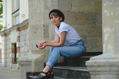 Retrato del inconformista femenino con corte de pelo natural del maquillaje y del cortocircuito que disfruta del tiempo libre al  Imagen de archivo libre de regalías